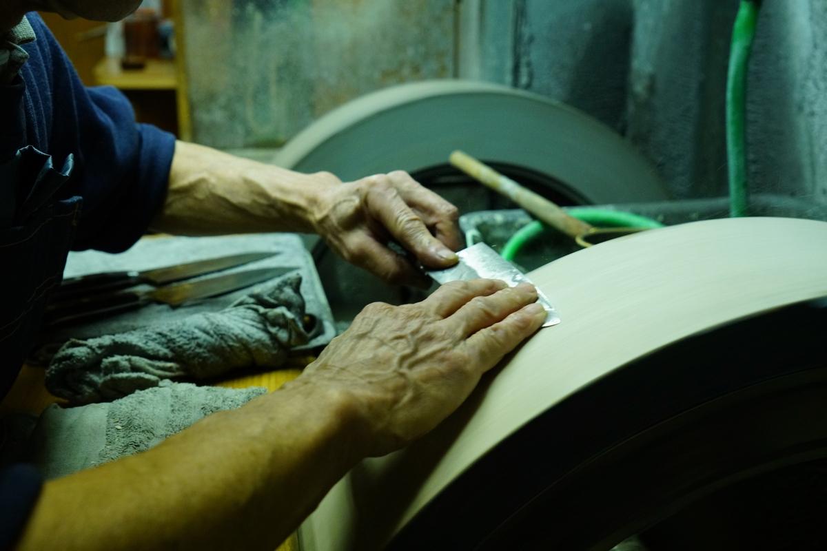 """En tant qu'artisan et que commerçant, il propose des """"couteaux de qualité"""". Quelle idée se cache derrière la lame de l'artisan """"Ubukeya"""" et qu'en est-il du lien qu'entretient le propriétaire avec son accessoire ?"""